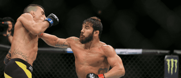 Jimmie Rivera strikes Thomas Almeida